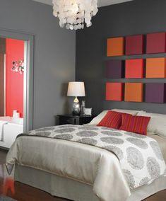 décoration avec cubes colorés, lustre blanc, murs gris dans la chambre à coucher