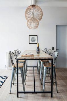 Hoge eettafel met krukken - design Laura Lakin | Scandinavian interior | Stek Magazine