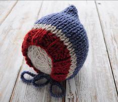 Тёплая шапочка чепчик для мальчика спицами с описанием