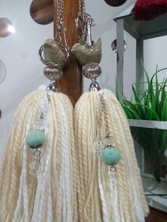 Borlas Decorativas Artesanales Con Accesorios En Ceramica - $ 280,00 Diy And Crafts, Arts And Crafts, Diy Tassel, Tassels, Nature Crafts, Some Ideas, Crochet Flowers, Fun Projects, Plant Hanger