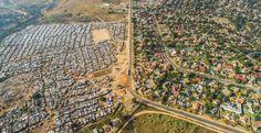 In Johannesburg treffen an dieser Straße das Armenviertel Kya Sand und der vornehme Vorort Bloubosrand aufeinander.