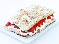 Ihastuttavan kesäinen Brita-kakku saa täytteekseen vaahdotettua kermaa ja raparperihilloketta. Hillokkeen sijasta voit käyttää tuoreita mansikoita. Tarjoa kakkua jälkiruokana tai kahvipöydässä.