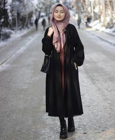 Görüntünün olası içeriği: 1 kişi, ayakta ve açık hava Modest Fashion Hijab, Modern Hijab Fashion, Casual Hijab Outfit, Hijab Chic, Abaya Fashion, Muslim Fashion, Fashion Outfits, Fashion Ideas, Beautiful Muslim Women