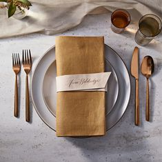 Swooning over these leather wedding decor ideas.
