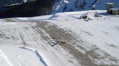 La pista de montaña del Aeropuerto Courchevel  (Francia) tiene tan sólo 545 m de largo. Por si eso o fuera suficientemente aterrador, hay que decir también tiene una pendiente del 18,5% y una caída vertical al final de la pista. Muy recomendable para alguien con miedo a volar.