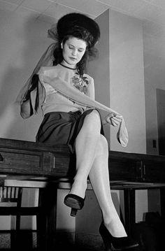Модница с капроновыми колготками в руках, 1942 год