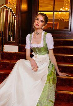 Braut-Dirndl Kollektion und Accessoires bei Ploom jetzt entdecken und bestellen: Hochzeitsdirndl & Brautcorsagen-Dirndl - Ploom Online Shop   S❤