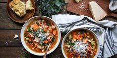 Quer saber como fugir daquela sopinha de legumes sem sal? Então vem com a gente aprender como fazer sopas diferentes e deliciosas para surpreender a família e os amigos neste inverno!