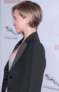 Frisuren Emilia Clarke Emilia Clarke When It Comes To High-Quality Medical Shirts, Scr Bob Hairstyles For Thick, Pixie Hairstyles, Pixie Haircut, Emilia Clarke Hair, Bobs For Thin Hair, Short Blonde, Blonde Pixie, Trending Hairstyles, Short Hair Cuts