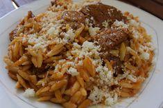 Πολύ νόστιμο και στην κατσαρόλα !!! Υλικά μερίδες 4600 γραμ μοσχάρι ελιά κομμένο σε μερίδες1 κρεμμύδι μεγάλο τριμμένο1 ντομάτα ώριμη ψιλοκομμένη1 κουταλιά Greek Recipes, Rice, Pasta, Beef, Meals, Food, Meat, Meal, Eten