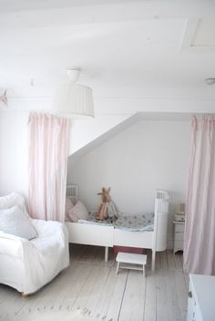 Adorable bedroom for a litle girl. Love the white daybed & white slip covered chair.