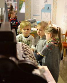 Lapset suunnittelevat kauppaostoksia. Oulu (Finland)