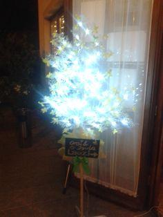 lagzihelyszínen az ajtóban világító fa, krétás táblával