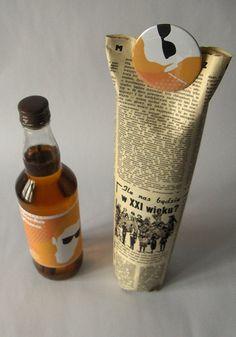 """Cinnamon liquers Este projeto é da designer gráfico Ewelina Bocian, foi inspirado pelo design dos anos 80. Sobre ela comenta: """"Todos os licores foram colocados em garrafas  simples e antigas e embalado em papel que se parece com os jornais poloneses anos 80. Todos os envelopes foram, então, """"abotoados"""" com pins""""."""