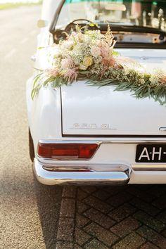 Trouwauto vol met mooie bloemen