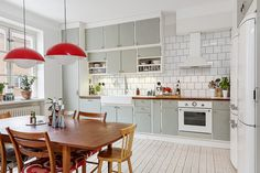 Alla bilder - Simrishamnsgatan 15, vån 3 Cosy Interior, Flat Interior, Kitchen Interior, Kitchen Design, Interior Decorating, Interior Design, Home Design, Compact Living, Kitchen Dinning