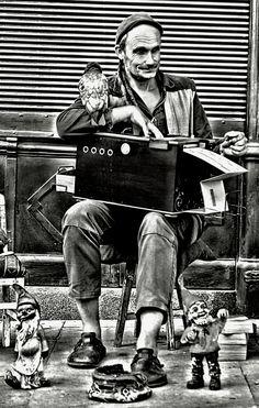 In the street / Porto - Dans la ruelle à Porto, il y avait cette belle mélodie qui m'emporta loin, Un refrain incongru qui plané délicieusement entre une madone et le pavé. Il y avait aussi sur le parvis au moins quatre nains à faire voyager ou rêver. Des sourires, des rires et des ainés à aider.  Etrange la vie. Lorsque on est gamin, l'orgue du temps n'en finit pas de nos balader, et puis du jour au lendemain on a comme ça 54 ans. Et toute mon innocence était là, ça tenait dans ma petite…