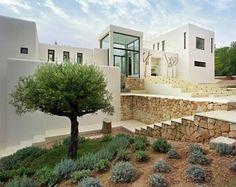 Design huis in Ibiza, overdag een plaatje en waarschijnlijk bij zonsondergang ook met een verlichte entree