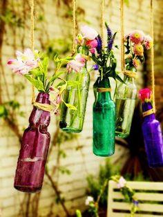 Jardim suspenso em garrafas. Inspiração pra artistas ou pra você que quer trazer um pouco de charme pro seu quintal ou varanda.