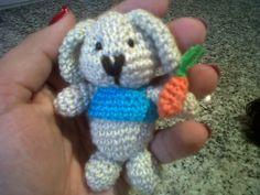 le lapin mange des carotes pour fes f... roses. conejo  rabbit crochet amigurumi