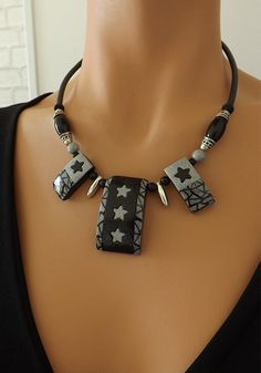Collier étoiles, chic et original noir et gris : Collier par vilicreation