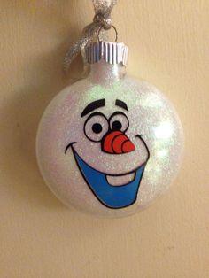 Weihnachtskugeln kaufen? Aber nein! Lass Deine Kinder ihre eigenen Disney Weihnachtskugeln selber basteln. Schön und originell!