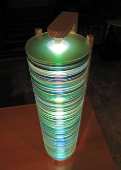 Из стопки старых дисков можно сделать необычную лампу