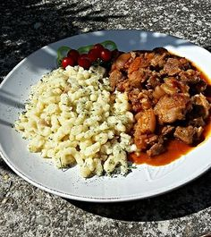 Csülökpörkölt galuskával Food 52, Risotto, Bacon, Favorite Recipes, Chicken, Ethnic Recipes, Drink, Beverage, Pork Belly
