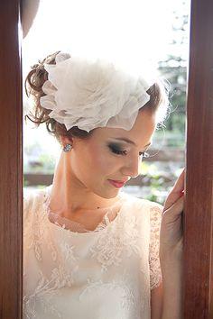 Tiara Duda se adapta ao seu penteado, com uma linda rosa tamanho GG feita em organza R$ 270,00. Brinco Isabel G, de prata com um ponto de luz de zirconia R$ 280,00.