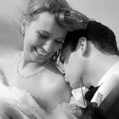 Mooie foto van een bruidspaar!  www.hanenhannekefotografen.nl