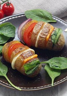 Tomate, mozzarella, mimolette, oignon. Voici ce qui compose cette pomme de terre à servir en guise d'accompagnement.