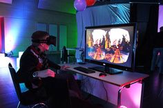 Die Oculus Rift, ein Head-Mounted-Display mit zwei Monitoren, regiert auf Kopfbewegungen , so dass eine virtuelle Achterbahnfahrt ganz real wirkt.