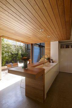 Inside 14 kitchens that master the modern minimalist look: Kereste, modern mutfakta gerçekten iyi çalışıyor. Aerodinamik bir görünüm için tezgah ile tavan hatları üzerinde Lambiri.