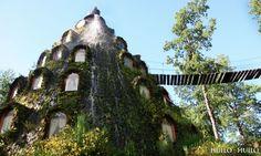 Montaña Mágica Hotel in Panguipulli, ChiliDit hotel, een voormalige schuilplaats van jagers, zit verwerkt in een gigantische rots waar een kunstmatige waterval op werd gebouwd.www.huilohuilo.com