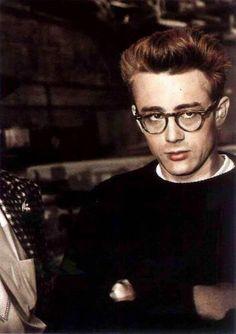 james dean / he invented the nerdy look. James Dean Style, James Dean Photos, Vivien Leigh, Steve Mcqueen, Marlon Brando, Gene Kelly, Classic Hollywood, Old Hollywood, Steve Jobs