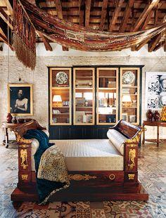 Над ампирным диваном висит турецкий килим. Шкаф-витрина сделан на заказ в Валенсии. Квартира Давида Льядро