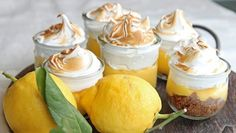portion sized lemon pies with merengue Desserts To Make, Dessert Recipes, Food N, Food And Drink, Great Recipes, Vegan Recipes, Vegetarian Eggs, Falafel, Yummy Cakes