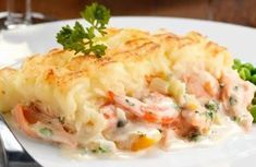 Recipe: Hachis parmentier with shrimp and salmon.- Recipe: Hachis parmentier with shrimp and salmon. Salmon And Shrimp, Fish And Seafood, Crockpot Recipes, Cooking Recipes, Healthy Recipes, Vegetarian Recipes, Plats Weight Watchers, Cholesterol Lowering Foods, Cholesterol Levels