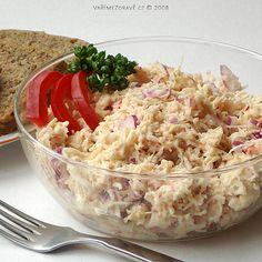 Celerový salát s ředkvičkami můžeme připravovat téměř celoročně. Na podzim a v zimě, kdy klesá sortiment zeleniny, se může stát zdrojem cenných vitamínů a minerálů, pokud jsou k dostání ještě nějaké ředkvičky, které dodají salátu větší pikantnost.