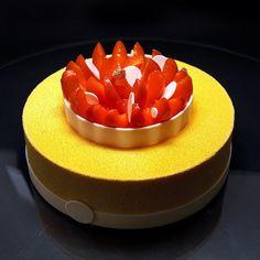 My favorite combination! Mango - passion fruit ☺️ This time: passion fruit-mango mousse, mango-passion fruit-pineapple marmalade, coconut cake, vanilla caramel creme brulee, shortbread dough. Thanks for the recipe @tartufi I took it as a base