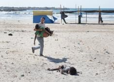 Tyler Hicks - Beach Casualities - World Press Photo of the year 2014 New York Times, Time Magazine, Photos Bff, Cool Photos, Ukraine, World Press Photo, Paris Ville, City Beach, Palestine