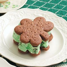 Patrick's Day Treat - Mint Chocolate Chip Ice Cream Sandwiches - recipe for cookie, cut out with shamrock cookie cutter (use different shapes for other holidays!), fill with mint chocolate chip ice cream. Can be wrapped and frozen for up to 2 months. Chewy Chocolate Cookies, Chocolate Chip Ice Cream, Mint Chocolate Chips, Green Ice Cream, Mint Green, Fun Desserts, Dessert Recipes, Flavor Ice, Cookies