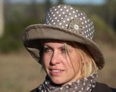 Chapeau de pluie coton enduit taupe à pois blanc : Chapeau, bonnet par piqueetpiqueetcapeline