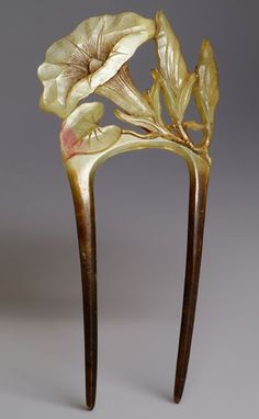 Art Nouveau comb composed of a carved horn depicting Morning Glory flower and buds. #ArtNouveau #comb
