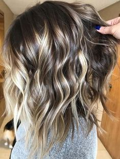 See here the stunning contrast of balayage and blonde hair colors to make you look absolutely cute and sexy in There are different highlights in balayage hair colors which you may use to wear if you're searching for unique hair colors and looks in Cabelo Ombre Hair, Hair Color Balayage, Bayalage, Haircolor, Bronde Balayage, Brown Blonde Hair, Hair Color And Cut, Great Hair, Gorgeous Hair