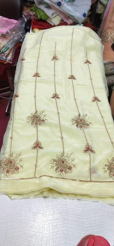 Embroidery Suits Design, Embroidery Designs, Panjabi Suit, Indian Silk Sarees, Silk Suit, Indian Outfits, Simple Designs, Sequins, Boutique
