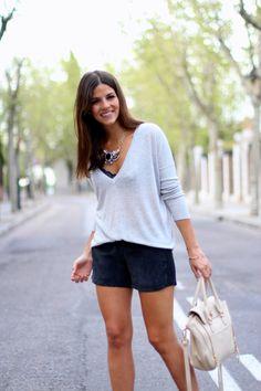 trendy_taste-look-outfit-street_style-ootd-blog-fashion_spain-moda_españa-suede_shorts-shorts_ante-mas34-salones_negros_transparentes-vinilo-jersey-primavera-spring-polaroid-7