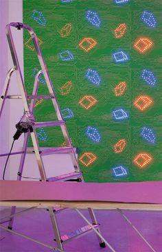 """Ingo Maurer si è dedicato a carte da parati decisamente futuristiche: wallpaper a LED, caratterizzati da motivi che ricordano chip e circuiti, in grado di offrire anche un nuovo modo per illuminare le stanze e creare atmosfere inedite.  Non per niente i LED Wallpaper hanno ottenuto il riconoscimento """"Best of Best"""" tra i vincitori dell'Interior Innovation Award conferito dal Rat für Formgebung."""