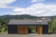 Elk Valley Tractor Shed / FIELDWORK Design & Architecture The humble tractor shed. Now this is an example where a ordinary structure becomes extraordinary! Elk Valley Tractor Shed / FIELDWORK Design & Architecture Shed Design, House Design, Farm Shed, Modern Barn House, Garage Studio, Shed Homes, Building A Shed, Building Permit, Building Plans