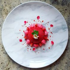 White chocolate mousse, strawberry jelly, meringue and tapioca pearls Valentine Desserts, Mini Desserts, Plated Desserts, Chai, Gourmet Recipes, Dessert Recipes, Tapioca Pearls, Strawberry Jelly, White Chocolate Mousse